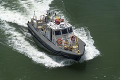 Autoridade do canal do Panamá de Trucha do barco piloto perto do canal do Panamá dos fechamentos de Gatun foto de stock royalty free
