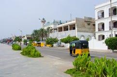 Autoriksja op de straat in Pondicherry, India stock afbeeldingen