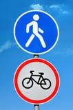 Autorisation de panneau routier pour des piétons et l'interdiction de bicyclette Images libres de droits