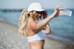 Autoritratto della donna del selfie di forma fisica dopo l'allenamento L'atleta di sport sta prendendo le foto del selfie dopo av Fotografie Stock Libere da Diritti