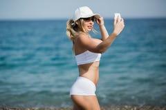 Autoritratto della donna del selfie di forma fisica dopo l'allenamento L'atleta di sport sta prendendo le foto del selfie dopo av Fotografia Stock