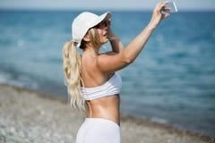 Autoritratto della donna del selfie di forma fisica dopo l'allenamento L'atleta di sport sta prendendo le foto del selfie dopo av Immagine Stock Libera da Diritti