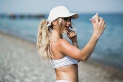 Autoritratto della donna del selfie di forma fisica dopo l'allenamento L'atleta di sport sta prendendo le foto del selfie dopo av Fotografie Stock