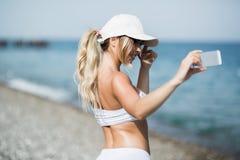 Autoritratto della donna del selfie di forma fisica dopo l'allenamento L'atleta di sport sta prendendo le foto del selfie dopo av Fotografia Stock Libera da Diritti