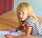 Autoritratto felice del disegno del bambino fotografie stock
