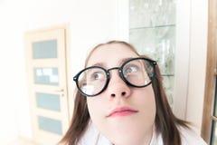 Autoritratto pensieroso e premuroso nerd divertente strano della ragazza Fotografie Stock