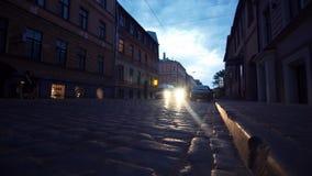 Autoritten op steencobbles de stadsstraat van de bestratings twighlight nacht stock videobeelden