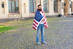 A autorização Homem farpado que obtém o visto dos Estados Unidos O candidato do visto que veste EUA embandeira o 4 de julho hipst imagens de stock royalty free