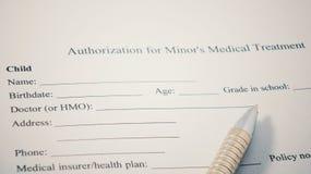 Autorização para Minor& x27; formulário da cópia do tratamento médico de s Nome, data de nascimento, idade e outro da criança Foto de Stock Royalty Free