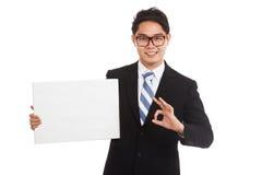 AUTORIZACIÓN asiática de la demostración del hombre de negocios con la muestra en blanco Imagenes de archivo