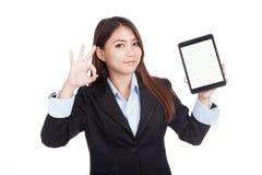 Autorización asiática joven de la demostración de la empresaria con PC de la tableta Imágenes de archivo libres de regalías