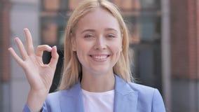 Autorización de la empresaria joven satisfecha, al aire libre almacen de metraje de vídeo