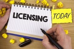 Autorización del texto de la escritura de la palabra El concepto del negocio para Grant un permiso de la licencia el uso algo per imagen de archivo