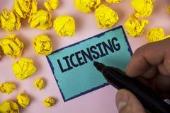 Autorización del texto de la escritura de la palabra El concepto del negocio para Grant un permiso de la licencia el uso algo per imágenes de archivo libres de regalías