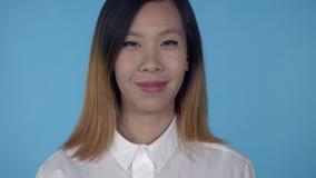 Autorización femenina feliz coreana del gesto que muestra almacen de video