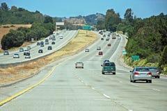 Autoroute américaine avec véhicules photo libre de droits