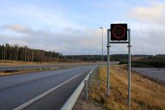 Autoroute avec le signe de vitesse maximale Images stock