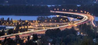 Autoroute 205 d'un état à un autre au-dessus du fleuve Columbia au crépuscule Photographie stock libre de droits