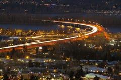 Autoroute d'un état à un autre I-205 à l'heure bleue Photographie stock libre de droits