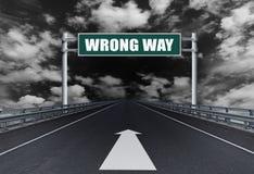 Autoroute droite avec une manière de mal des textes sur le panneau routier photos stock
