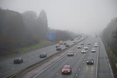 Autoroute en brouillard photos stock