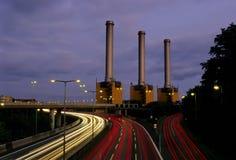 Autoroute et centrale électrique la nuit Image libre de droits