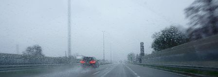 Autoroute par temps pluvieux Images stock