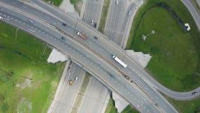 Autoroute urbaine élevée clip Vue supérieure aux courbes et aux lignes de la route de ville La courbe de la passerelle de suspens Images stock