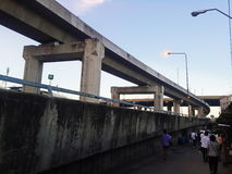 Autoroute urbaine élevée La courbe du pont suspendu, Thaïlande Image stock