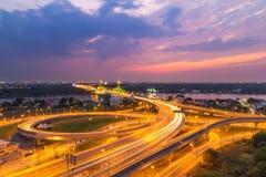 Autoroute urbaine de Bangkok au coucher du soleil, Thaïlande Photographie stock libre de droits