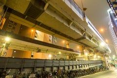 Autoroute urbaine recouverte photographie stock libre de droits