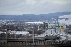 Autoroute urbaine typique de l'Amérique du Nord en hiver Photographie stock libre de droits