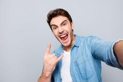 Autorretrato del grito, absurdo, individual, atractivo, craz imagenes de archivo
