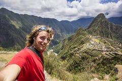 Autorretrato do homem de sorriso perto do machu-picchu em peru foto de stock royalty free