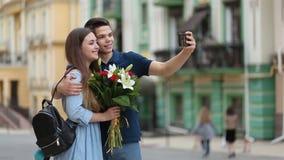 Autorretrato que habla de los pares cariñosos con el teléfono almacen de metraje de vídeo