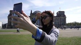 Autorretrato sonriente joven Smartphone Reichstag de la mujer que construye a Berlin Close Up almacen de video