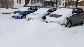 Autos abgedeckt im Schnee Stockfotografie