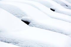 Autos abgedeckt im Schnee Stockbilder
