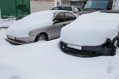 Autos abgedeckt im Schnee Lizenzfreie Stockbilder