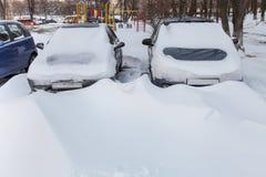 Autos abgedeckt im Schnee Lizenzfreies Stockfoto