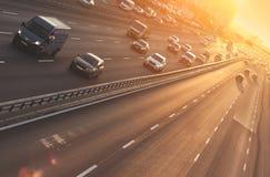 Autos auf Datenbahn lizenzfreie stockfotografie