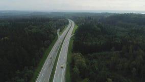 Autos auf dem Autobahn in Deutschland fasten, schöne Straße fahrend stock video