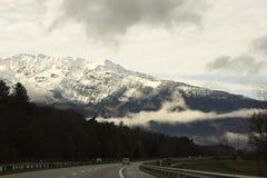 Autos auf der Autobahn in der Schweiz Lizenzfreie Stockfotografie