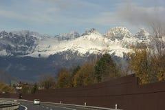 Autos auf der Autobahn in der Schweiz Stockbilder