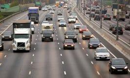 Autos auf der Straße lizenzfreie stockfotos