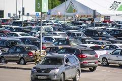 Autos auf einem Parken nahe Supermarkt in Klimovsk Lizenzfreies Stockfoto