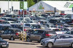 Autos auf einem Parken nahe Supermarkt in Klimovsk Lizenzfreie Stockfotografie