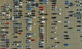 Autos auf einem Parkplatz aerial lizenzfreies stockfoto