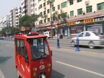 Autos auf einer verkehrsreichen Straße in China stock video