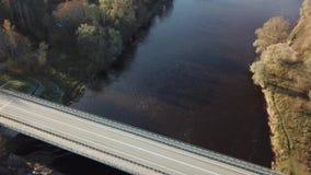 Autos auf Fluss überbrücken Luftder Draufsicht-Ansicht 4K UHD des brummens Video stock video